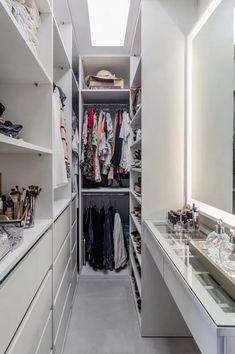 Closet feminino: 60 propostas para organizar as roupas com estilo - Claire C. Closet feminino: 60 propostas para organizar as roupas com estilo - Wardrobe Room, Wardrobe Design Bedroom, Bedroom Closet Design, Master Bedroom Closet, Home Room Design, Bed In Closet, Closet Behind Bed, House Design, Wardrobe Ideas
