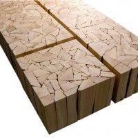 Tisch aus Holzscheiten