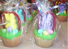 Easter basket cupcakes made with Peeps, twizlers and malted balls. Put in sandwich bag and tie with curly ribbon. Would be great for Easter Bunny Bash! Easter Peeps, Hoppy Easter, Easter Party, Easter Treats, Easter Bunny, Easter Stuff, Easter Food, Holiday Treats, Holiday Parties