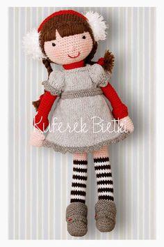 Ika - lalka wykonana na szydełku. Lalka ubrana jest w sukienkę, wykonaną ręcznie na drutach. Brązowe włosy lalki splecione są w warkoczyk...