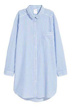 Chemise de nuit en coton: Chemise de nuit à manches longues en tissu de coton souple. Modèle avec boutonnage devant et une poche de poitrine. Base arrondie.