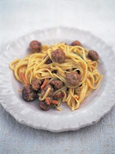 Sausage carbonara (Linguine alla carbonara di salsiccia) With smoky pancetta bites -it is absolutely delicious! If you are a fan of sausages and eggs you'll love this combination. Sausage Recipes, Pasta Recipes, Beef Recipes, Cooking Recipes, Linguine Recipes, What's Cooking, Dinner Recipes, Pasta A La Carbonara, Carbonara Recept