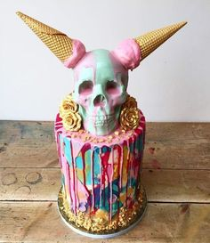 "tattooedbakers: ""The UnWedding Cake Sticking two fingers (or two horns?) up at traditional wedding cakes. a Day of the dead celebration cake (if you add the traditional make-up to the skull) Halloween Torte, Pasteles Halloween, Soirée Halloween, Halloween Treats, Halloween Birthday Cakes, Halloween Popcorn, Drip Cakes, Cl Birthday, Beautiful Cakes"
