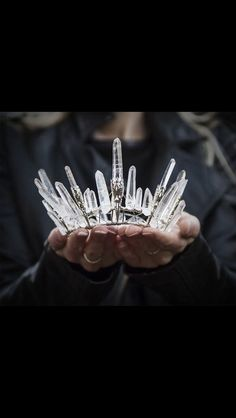 I'm not really a crown or tiara kind of girl, but this is beautiful! It at least inspires ideas. Because as beautiful as it is, I would feel silly walking down the aisle with this on. Halloween Disfraces, Snow Queen, Tiaras And Crowns, Royal Tiaras, Headdress, Hippie Chic, Boho Chic, Celtic, Fairy Tales