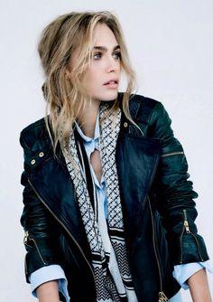 Blauwe blouse + open zwart wit dashboard sjaal + nep leren jasje