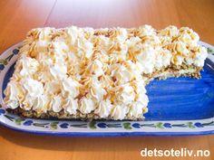 Havregrynskake med krem | Det søte liv Norwegian Food, Norwegian Recipes, Sweet Cakes, Something Sweet, Parfait, Cake Recipes, Oatmeal, Tart, Bakery