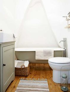 Gorgeous roll top bath bath in Farrow and Ball French Gray. Stunning English Cottage House Tour over on Modern Country Style! Dream Bathrooms, Beautiful Bathrooms, Bathroom Inspiration, Interior Inspiration, Bathroom Ideas, Cottage Bath, Cottage House, Farm House, Modern Country Style