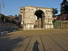 Arco de Xano. Este imponente arco de mármore de catro caras estaba probablemente dedicado ó emperador Constantino, s. III d.C. Situado no cruce de camiños no extremo do transitado Forum Boarium, a súa sombra convertiuno en lugar favorito para as discusións de mercaderes e homes de negocios.
