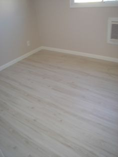 piso laminado, rodapé branco