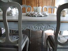 Queen Anne table & chairs painted by me with annie sloan chalkpaint in French linen and paris grey.
