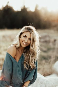 "Creative Ways to Senior Portraits Photography Ideas ""fashion/poses"" Photography Senior Pictures, Senior Portrait Photography, Lifestyle Photography, Photography Backdrops, Product Photography, Photography Classes, Photography Business, Photography Tips, Photography Lighting"