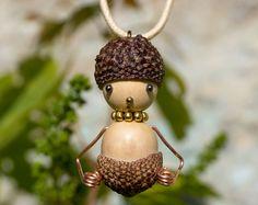 Cupules, rondeurs et perplexité, pendentif en glands et perles de bois : Pendentif par bidules-et-breloques