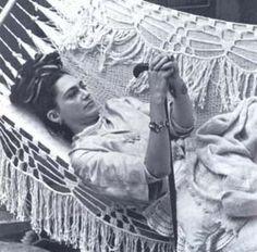 Frida recostada en hamaca