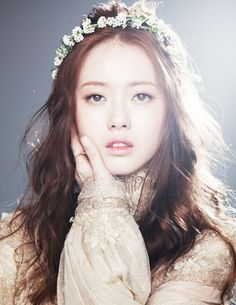 Paroles : Paroles - Go Ara (actrice) : Now! Sing it loud my love You gotta sing with your heart now And if you get your heart broken girl. Headband Hairstyles, Pretty Hairstyles, Wedding Hairstyles, Flower Hair Band, Flower Hair Clips, Hair Bands, Hawaiian Flower Hair, Korean Image, Go Ara