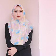 """Rini Anggiani di Instagram """"Hijab by @aanisa_store 🌸 Adem banget bahannya❤ . Makasih banyak kak, sukses terus yaaa 🙏 Via @hi.management"""" Beautiful Hijab Girl, Beautiful Muslim Women, Girl Hijab, Hijab Chic, Hijab Fashion, Asian Girl, Lady, Womens Fashion, Outfits"""