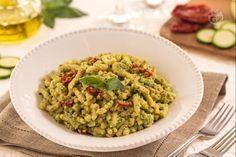 I passatelli al pesto di zucchine sono una variante del tradizionale piatto in brodo condito con un gustoso pesto di zucchine e pomodori secchi.