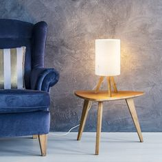 Decorative table lamp on a wooden tripod with a cylindrical shade, perfect for living rooms or bedrooms. Spot Light, Studio, Tripod, Lighting Design, Living Rooms, Bedrooms, Table Lamp, Shades, Flooring