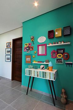 Hall com quadros decorativos