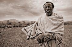 Nem sempre é fácil apontar por que certos idiomas desaparecem. Mas o Ongota, falado na região de Muts'e, na Etiópia, está morrendo por um motivo claro: a mistura de etnias. Hoje, oito pessoas são fluentes em Ongota. Foto: Eric Lafforgue.