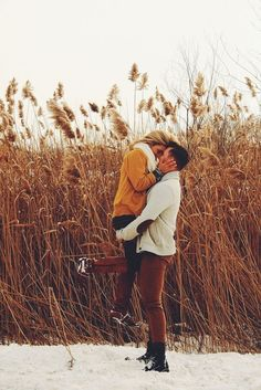 Winter Engagement picture I even Know where to find grass like this Winter Engagement Pictures, Engagement Photo Outfits, Engagement Shoots, Wedding Engagement, Couple Photography, Engagement Photography, Teenager Photography, Cute Couple Pictures, Winter Photos