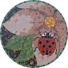 Modelo Joaninha Fun round table top with ladybug, flower and leaves. Mosaic Birdbath, Mosaic Tray, Mosaic Garden Art, Mosaic Wall Art, Mosaic Glass, Mosaic Tiles, Mosaic Table Tops, Stained Glass, Mosaic Crafts