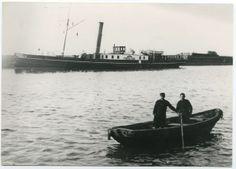 Scheepvaart en Visserij / Veerboot de Friesland en twee beambten in een bootje omstreeks 1900: Kroniek van enkhuizen - Uit de oude doos