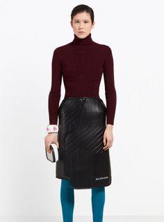"""<p>Das französische Modehaus Balenciaga hat es schon wieder getan! Nach dem das Label bereits der bekannten blauen Ikea-Tasche eine teure Designer-Version """"nachempfunden"""" hat, kommt nun der nächste Streich: dieser Autofußmatten-Rock aus Gummi. Natürlich hat diese Scheußlichkeit einen stolzen Preis: Knapp 2.000 Euro müssten Fashionistas dafür berappen. Zum Vergleich: Eine ähnliche, handelsübliche Fußmatte gibt es bereits um die 40 Euro. (Bild: balenciaga.com) </p>"""