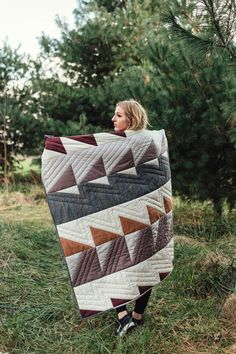 """This quilt pattern looks really gorgeous. This is a simple, modern and elegant """"Hip to be Square"""" quilt pattern that you can get for free. Colchas Quilt, Quilt Blocks, Big Block Quilts, Quilt Art, Quilting For Beginners, Sewing Projects For Beginners, Sewing Patterns Free, Free Sewing, Hand Quilting Patterns"""