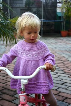 babymerino, babystrik, børnestrik, Charlott Pettersen, Drops, hjemmestrikket, håndstrik, ministrikk, strik, strikket kjole, Petrakjole, Petrakjolen, Petra Dress