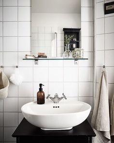 Strandridaregatan 14B, Kungsladugård  1 r o k / 35,8 kvm - 1 850 000kr  @stadshem @fotografjonasberg @inredaremartinamattsson #aptgbg #homedecor #home #homeinspo #style #inspiration #interior #interiordesign #scandinavianliving #beauty #trendy #decor #bathroomlove #bathroom #finahem #inredning #interior123 #bathroominspo #black #ikea #details #inspo #flowers #soap #classic #badrum #interia #inredningsinspiration #interior4all #forsale