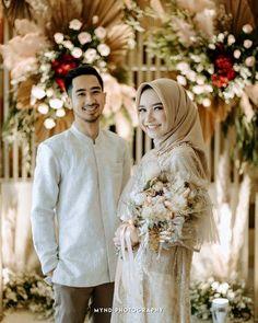 Kebaya Wedding, Muslimah Wedding Dress, Muslim Couple Photography, Wedding Photography Poses, Pre Wedding Poses, Pre Wedding Photoshoot, Wedding Dress Suit, Dream Wedding Dresses, Bridal Portrait Poses