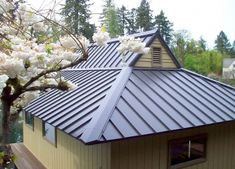 1  This style is similar to the gablet roof and has the benefits of both the gable and the hip roof while adding additional architectural interest. It is seen on farm houses.
