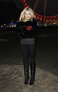 Este post é só pra dizer que a Sienna Miller é linda!!! Ela passa um batom vermelho e um rímel e sai arrasando por aí… Fotos: Reprodução