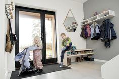 Med praktiske løsninger i entreen kan også Fillip og Milla være med på å holde orden i yttertøyet i gangen vår.
