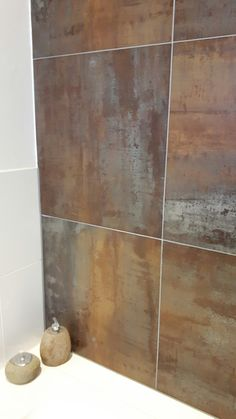 Wat een mooie tegel. Gaaf zo'n roest effect. Washroom Tiles, Grey Bathroom Floor, Master Bathroom, Industrial Bathroom, Bathroom Interior, Small Toilet, Metal Panels, Man Room, Wet Rooms
