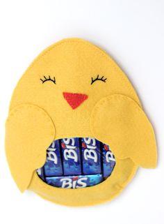 'Envelope' de feltro em forma de pintinho. A barriga é de vinil e mostra o conteúdo. Tem uma abertura na parte de trás para ser preenchido. Fica lindo recheado de mini ovinhos de páscoa, jujubas ou outras guloseimas! É uma ótima opção para a páscoa ou como lembrancinha para chás de bebê, maternidade ou festa infantil. Atenção: este ítem não acompanha o chocolate, foto meramente ilustrativa. Pode ser personalizado e executado em diversas cores, é só nos consultar! Feito de feltro, vinil ...