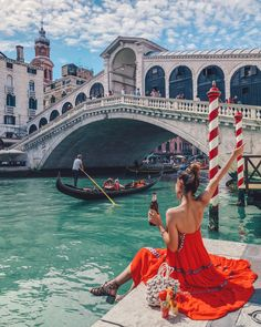 What is Venice without 🛶 watching by the Rialto Bridge? (Note: Food & drinks were purely for photos! If you ever get to visit, please don't picnic around the bridges and canals! Travel Photography Tumblr, Photography Beach, Venice Photography, Photography Ideas, Fashion Photography, Venice Bridge, Rialto Bridge, Instagram Outfits, Style Instagram