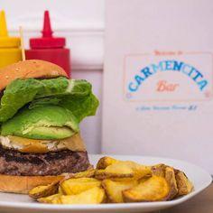Comparte tus momentos #condeduquegente con nosotros. @carmencita.bar  Siempre hay tiempo para darse un caprichoso... #avocado #burger #carmencitabar #spain #condeduquemolamucho #condeduquegente #madrid by condeduquegente
