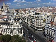 El Edificio Metrópolis es  de estilo Francés Bajo Imperio inicio su construcción en 1907 y finalizo en 1911 por los arquitectos franceses Jules y Raymond Février. Madrid http://www.rutasconhistoria.es/loc/edificio-metropolis