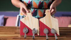 Faça um pendurador de panos de prato usando tábua de corte e colheres