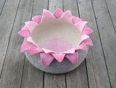 Katze: Schlafplätze - Filzen Katzenkorb/Katzenhöhle Lotus - ein Designerstück von elevele bei DaWanda