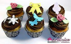 Cupcakes de vainilla y chocolate con diferentes decoraciones