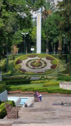 Este un parque reloj en México City,México. Es un atracción muy importante para la local economía.Es mi favorita parque en México City.También,es visitado por muchos durante el año.