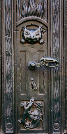 Cat and Lizards -photography by Kevin Hatcher Door detail, Berlin 2012 Door Knobs And Knockers, Knobs And Handles, Door Handles, Cool Doors, Unique Doors, Entrance Doors, Doorway, Front Doors, Door Detail