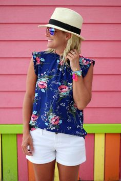 42 Adorable Summer Beach Outfit Ideas, Summer Outfits, I LOVE the bright shirt and white shorts. Bonus that a regular bra can be worn. 30 Outfits, Shorts Outfits Women, Dope Outfits, Short Outfits, Fashionable Outfits, Dressy Outfits, Miami Outfits, Fashion Outfits, Fashion Clothes