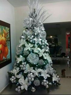 Learn Gorgeous and Creative Christmas Tree Decorating Ideas You'll Love! By using tinsel, Christmas lights, ball ornaments and other holiday ornaments you can create your dream Christmas tree in no time! Elegant Christmas Trees, Creative Christmas Trees, Silver Christmas Tree, Christmas Tree Design, Christmas Tree Themes, Christmas Baubles, Christmas Trends, Christmas Lights, Holiday Ornaments