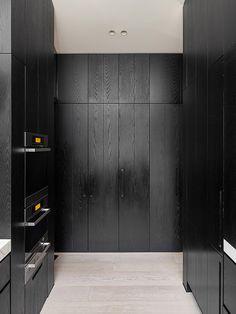 armarios de madeira preta em cozinha | Studio You Me