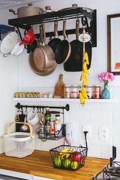 33-decoracao-cozinha-panelas-penduradas-azulejo-metro-branco