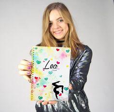 Tyhle Lea deníčky jsou na e-shopu už dávno vyprodané ale v prodejně v Praze jich máme ještě posledních 10 skladem. Tak si pro ně přijďte kterýkoliv všední den 12-18:00 na adresu Kodaňská 35!   #lea #leamerch #denik #realgeek #youtuberka #gymnastka Hannah Montana, Youtubers, Mandala, My Love, Instagram, Celebrity, Jojo Siwa, Barbie, Film