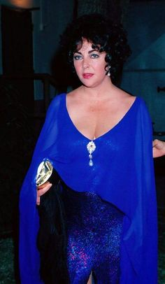 Elizabeth Taylor, so beautiful! Love the color of her gown.